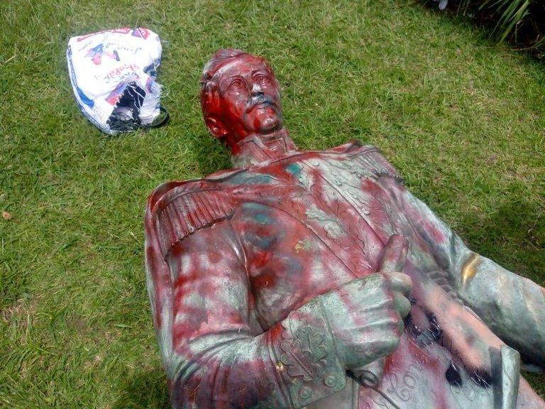 En Popayan derriban estatua de Francisco de Paula Santander