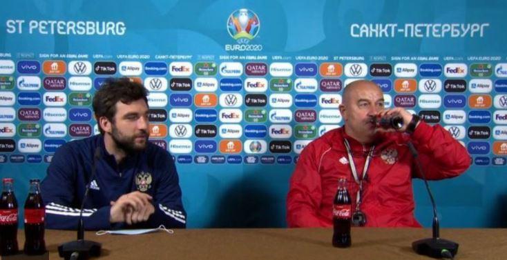 El entrenador de Rusia y el italiano Locatelli también dieron la nota antes de dialogar con la prensa como hizo con Coca Cola Cristiano Ronaldo